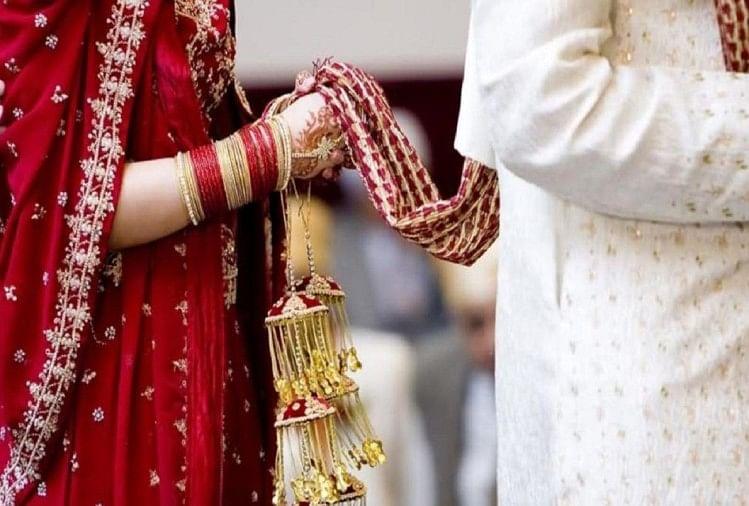 प्रेमी ने शादी करने से इनकार किया तो युवती ने हंगामा कर दिया। युवती ने पंचायत में कहा कि शादी करूंगी तो इसी के साथ, नहीं तो खुद भी मर जाऊंगी और इसे भी मार डालूंगी...