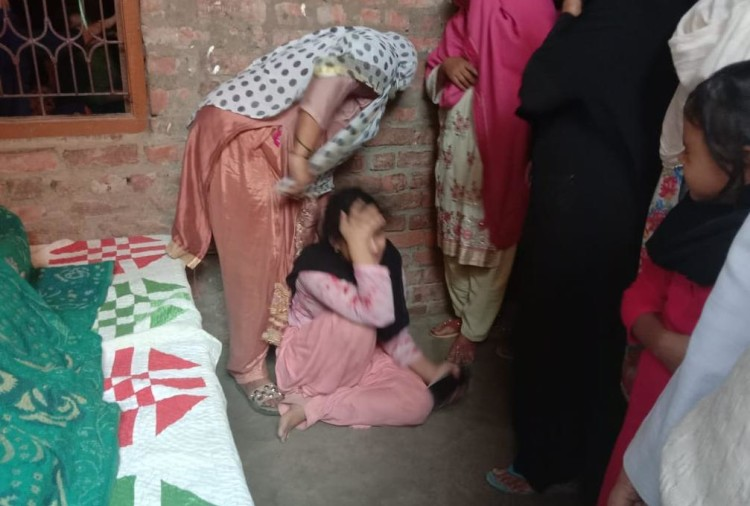 जौनपुर जिले के शाहगंज कोतवाली क्षेत्र के बड़ागांव में शनिवार दोपहर तीन बजे जुआ खेल रहे जुआरियों को कोतवाली पुलिस ने दौड़ाया। इस दौरान एक युवक बचने के लिए तालाब में कूद गया।