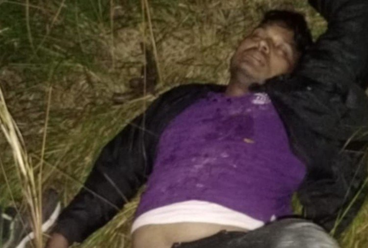 उत्तर प्रदेश के जौनपुर जिले में पुलिस और बदमाशों में मुठभेड़ हो गई। इसमें एक बदमाश को गोली लग गई, वहीं एक हेड कांस्टेबल को भी गोली लगी है। दोनों को अस्पताल में भर्ती कराया है। वहीं बदमाश के दो साथी मौके से फरार हो गए...
