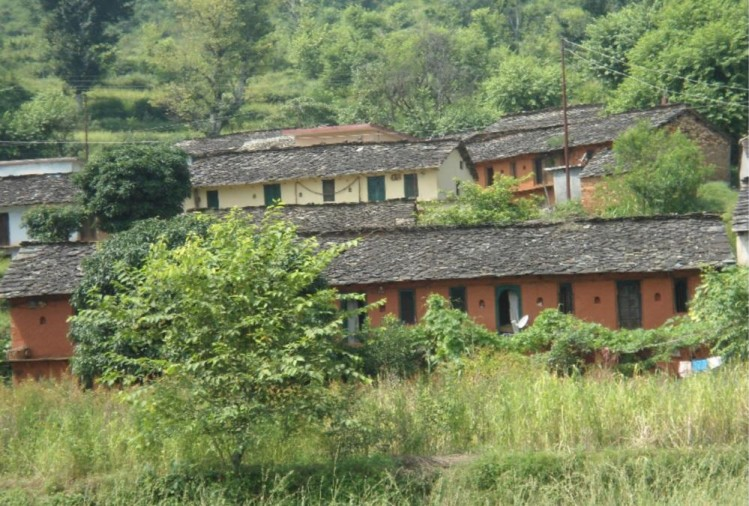 देखभाल की उम्र में खुद पहरेदार बने हैं। जवानी घरों पर ताले डालकर चली गई, गांव बूढ़ों के हवाले रह गया।