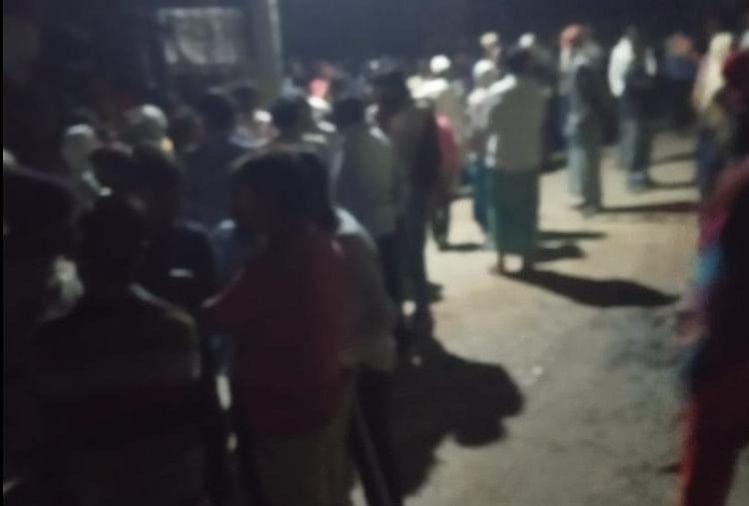 भदोही जिले के ज्ञानपुर कोतवाली क्षेत्र के चकजुड़ावन गांव में एक युवक की धारदार हथियार से  हत्या कर दी गई । घटना से इलाके में सनसनी फ़ैल गई। सूचना मिलने पर रात 10 बजे कोतवाली पुलिस पहुंची। शव को कब्जे में लेकर पोस्टमार्टम भेजा गया।