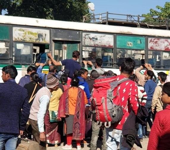 यात्रियों का बस अड्डे पर हंगामा