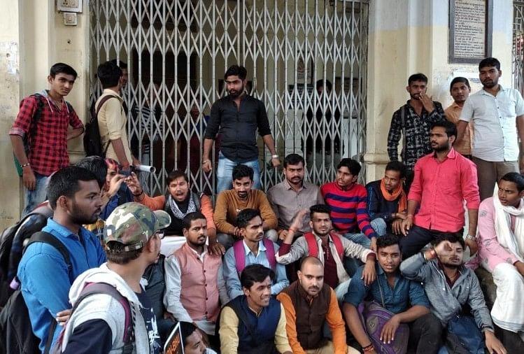 बीएचयू संस्कृत विद्या धर्म विज्ञान संकाय में डॉक्टर फिरोज खान की नियुक्ति पर दस दिन बाद भी सही जवाब न मिलने के विरोध में छात्रों ने संकाय में तालाबंदी कर धरना शुरू कर दिया...