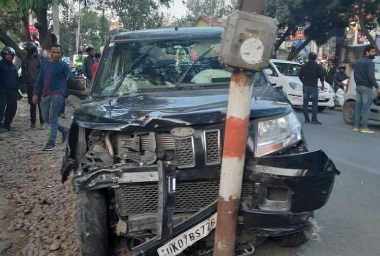 नशे में एक कार चालक ने खतरनाक तरीके से ड्राइव करते हुए तीन दुपहिया वाहनों में टक्कर मार दी। जिसमें दोपहिया वाहन चालक दंपति समेत पांच लोग घायल हो गए।