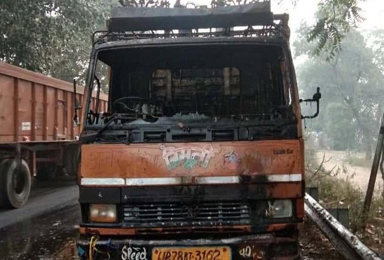 मंगलवार सुबहलखनऊ से कानपुर की ओर आ रहीडीसीएम में शॉर्ट सर्किट से आग लग गई। चालक ने कूदकर जान बचाई। घटना की जानकारी मिलते हीफायर सर्विस की गाड़ियों ने मौके पर पहुंचकर आग पर काबू पाया।