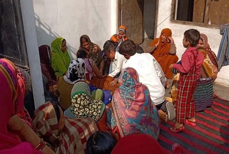 कानपुर के बर्रा क्षेत्र में मंगलवार को सातवीं कक्षा के छात्र का शव फंदे से लटका मिलने पर हड़कंप मच गया। यह घटना बर्रा थाना क्षेत्र के हिंद विहार मोहल्ले की है। जानकारी के अनुसार मां छोटे बेटे की फीस जमा करने स्कूल गई हुई है।