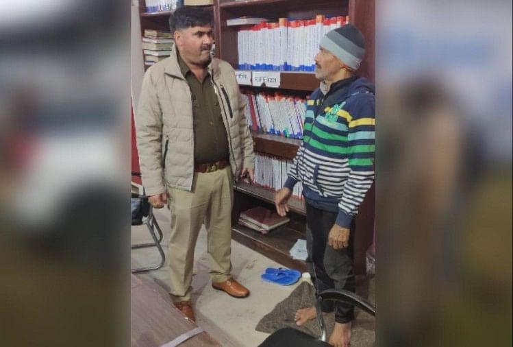 तीन माह में अलग-अलग नाम से दो पासपोर्ट बनवाने के आरोपी को मेरठ पुलिस ने 10 साल बाद देहली गेट से गिरफ्तार किया है-