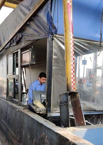 तेज रफ्तार ट्रक ने टोल का बूथ तोड़ा, कर्मी घायल