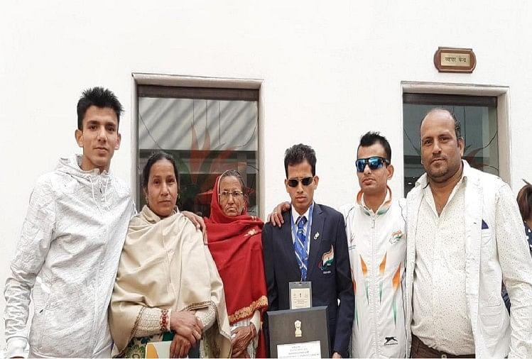 अर्जुन अवार्ड विजेता पैरा एथलीट अंकुर धामा को दिव्यांगों के सशक्तीकरण के लिए प्रेरणादायी कार्य करने पर नेशनल अवार्ड दिया गया है। राष्ट्रपति रामनाथ कोविंद ने भी अंकुर के हौसले की प्रशंसा की।