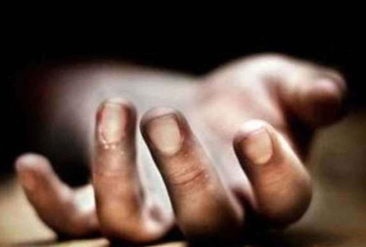कानपुर में कल्याणपुर थाना क्षेत्र के मसवानपुर शिवनगर में कपड़ा व्यापारी संजय कुमार (50) ने मंगलवार रात दोनों कलाइयों की नसें काट कर खुदकुशी कर ली। पुलिस ने बुधवार को पोस्टमार्टम कराने के बाद शव परिजनों के सुपुर्द कर दिया।