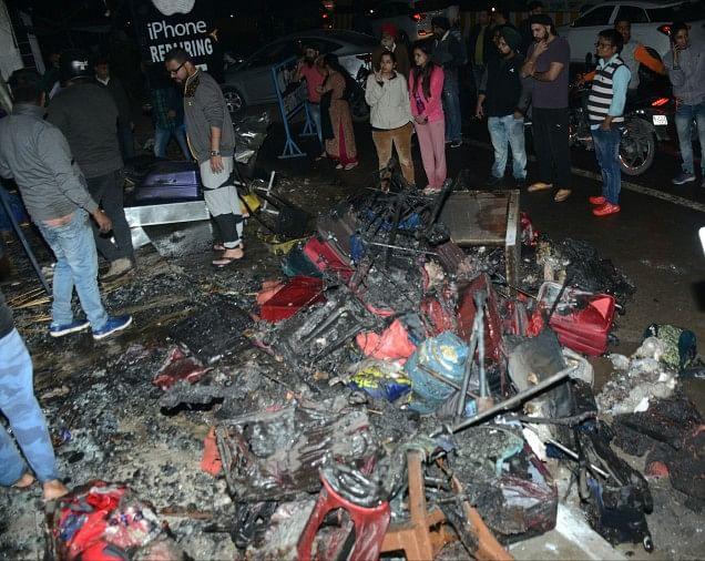 बैग शो रूम में लगी आग लाखों की क्षति