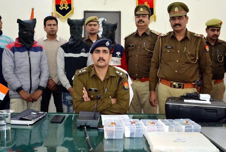 मुजफ्फरनगर में एक मकान पर छापा मारकर पुलिस ने नकली नोटों के धंधे का भंडाफोड़ किया है। पकड़े गए आरोपियों ने पूछताछ में किया बड़ा खुलासा...