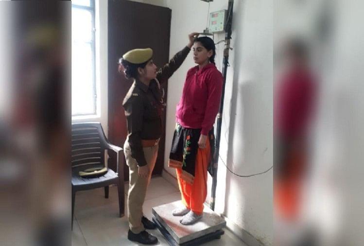 पुलिस की वर्दी पहनने की चाहत में महिला अभ्यर्थियों ने अपना कद आधा और एक सेमी बढ़ाने की जोड़तोड़ शुरू कर दी है-