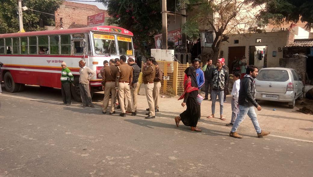 2-खतौली के गांव भैंसी में रोडवेज बसों को रोकने के बाद मौके पर मौजूद पुलिस बल।