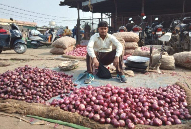 Onion sold in Wholesale market price 25 rupees kg in gorakhpur
