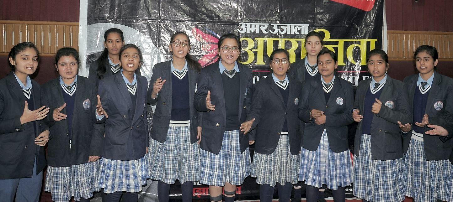शामली सेन्टआरसी  कान्वेंट स्कूल में अमर उजाला के अपराजिता अभियान के दोरान हैदराबाद की घटना का वि?