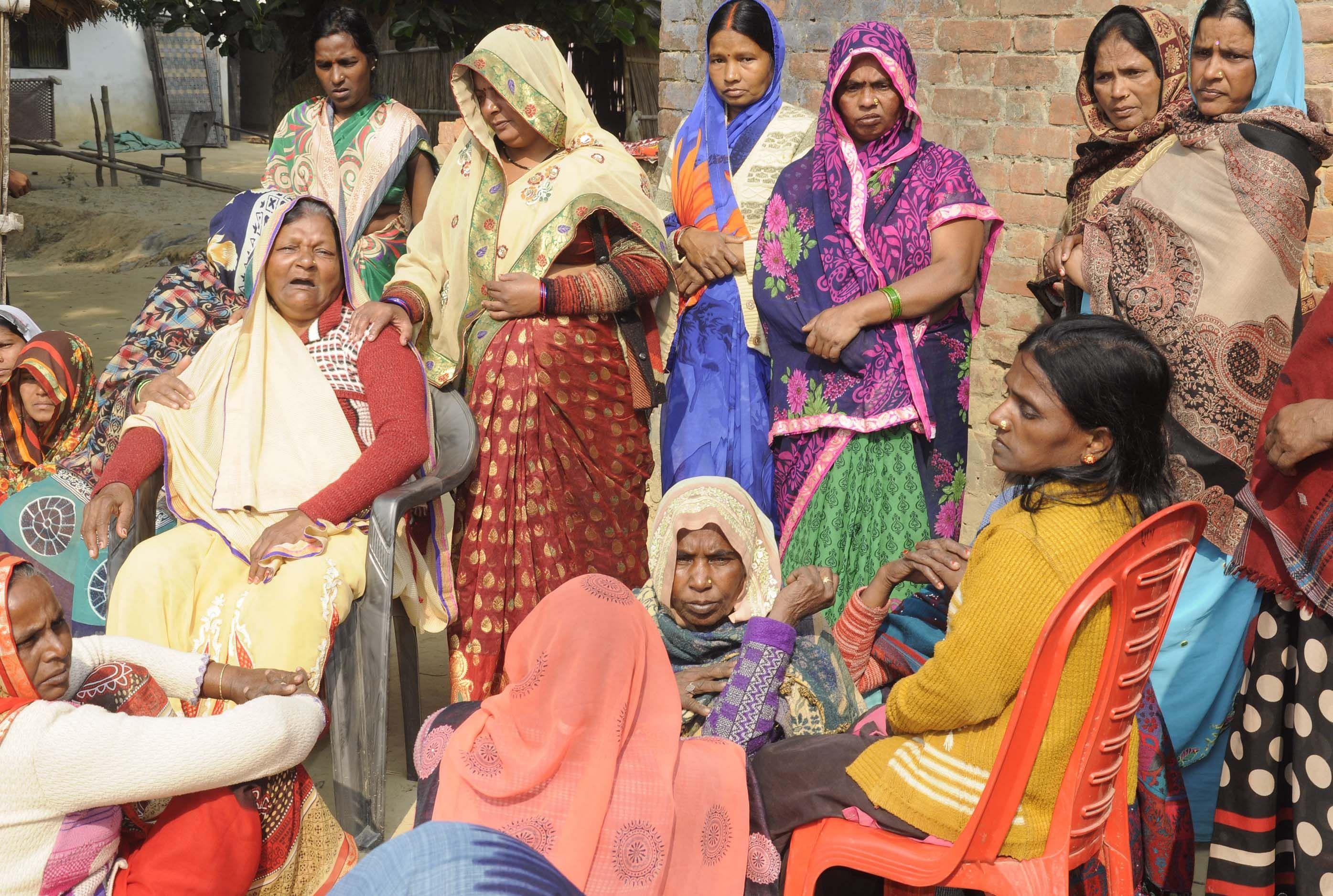 नगर कोतवाली के चकबनतोड़ गांव में मृत बहनों के बिलखते परिजन।