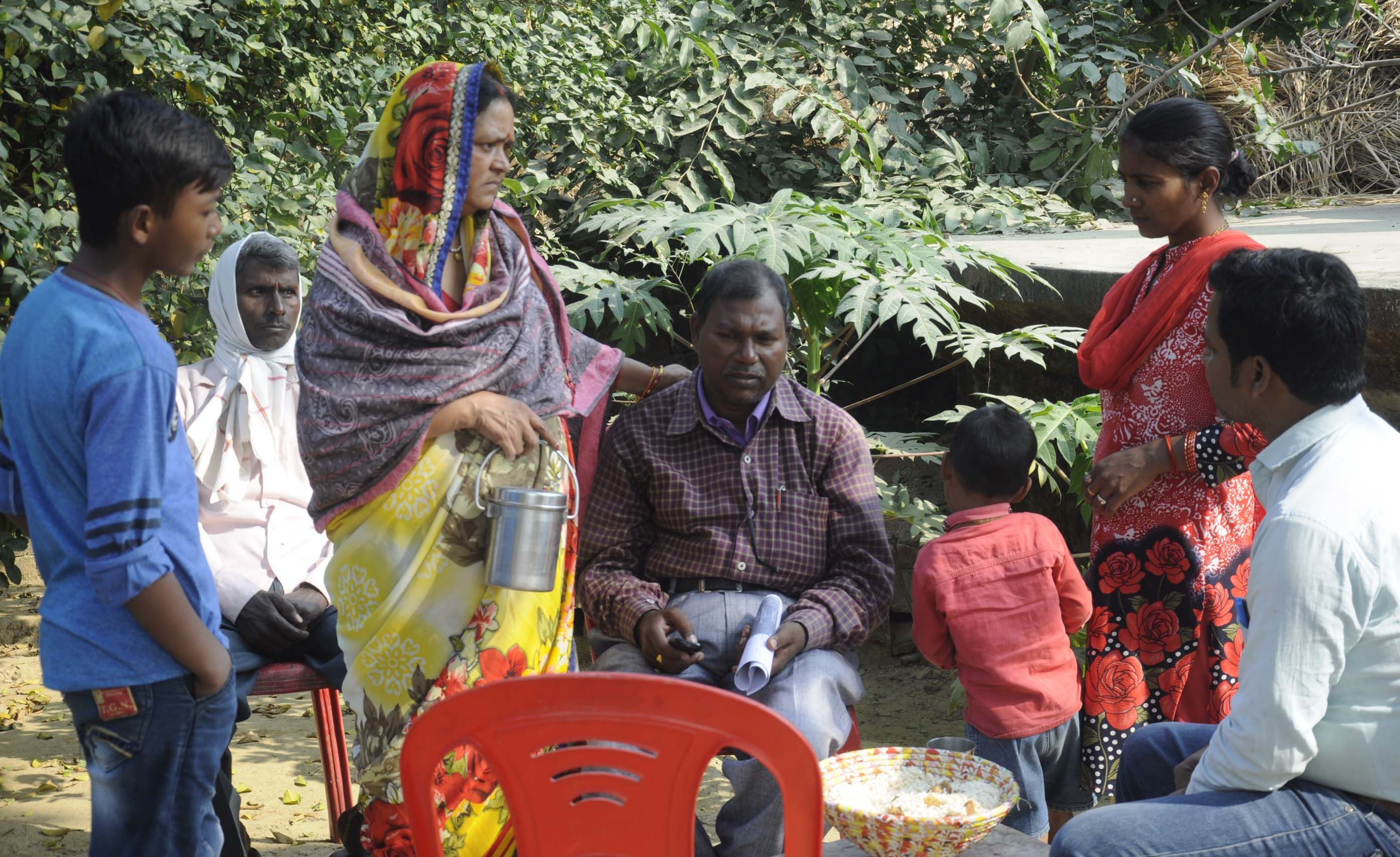 नगर कोतवाली के चकबनतोड़ गांव में मृत बहनों के गमगीन पिता को समझाते परिवार के लोग।