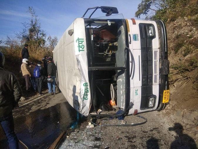 तेज रफ्तार बस अनियंत्रित होकर सकड़ में पलटी 40 यात्रियों की बची जान