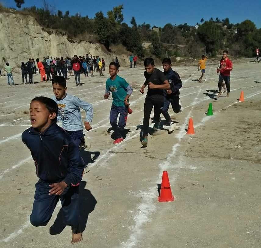 खेल महाकुंभ के तहत पाटी में दौड़ लगाते बच्चे।