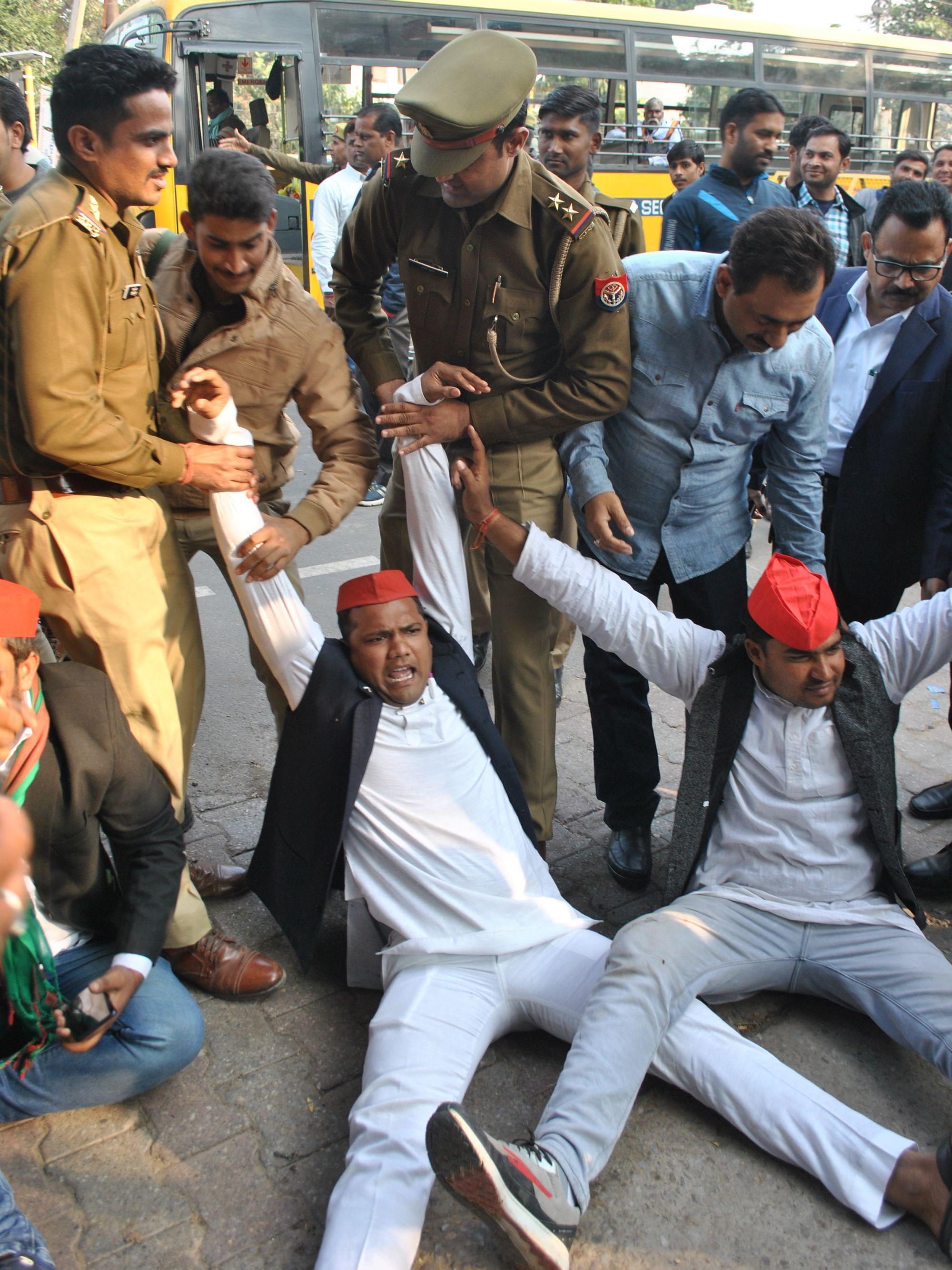 फोटो 13+14 कलेक्ट्रेट पर धरना प्रदर्शन कर रहे सपाइयों को पकड़ कर ले जाती पुलिस।