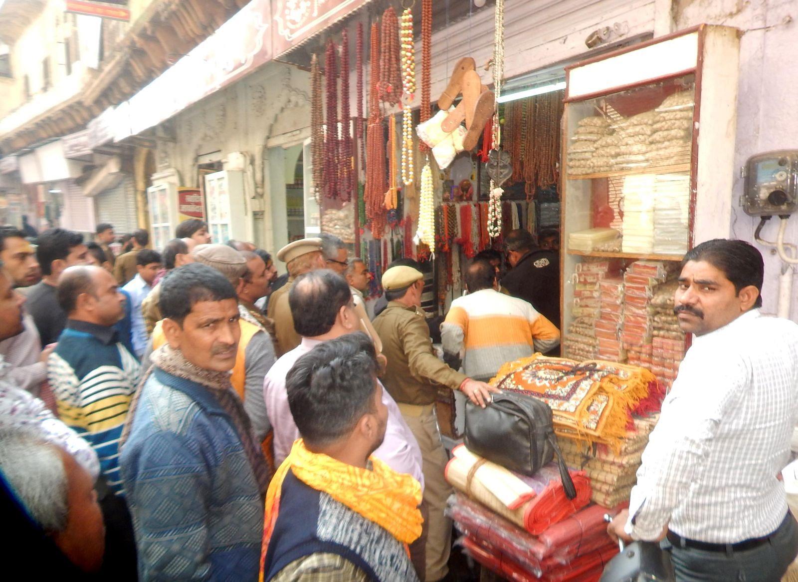फोटो 39आर कंसखार स्थित कण्ठी माला की दुकान में अवैध सामान को तलाशते पुलिसकर्मी। दुकान के बाहर खड़?