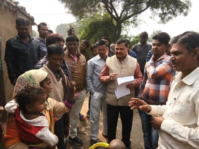 जांच करने पहुंचे एडीओ पंचायत का ग्रामीणों ने किया घेराव