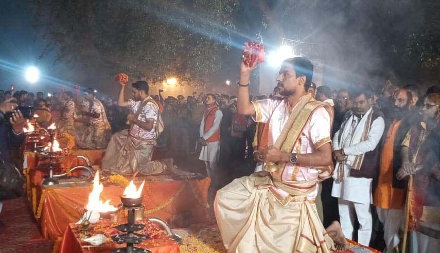 रानीगंज बाराही महोत्सव में गंगा आरती के दौरान पूजन करते श्रद्धालु।