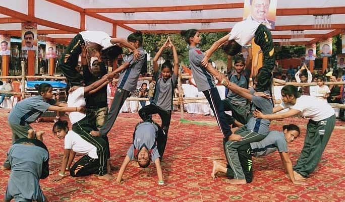 रानीगंज के बाराही महोत्सव में देशगीत पर कार्यक्रम प्रस्तुत करती छात्राएं।