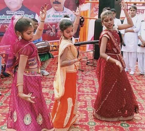 रानीगंज के बाराही महोत्सव में लोकनृत्य करती छात्राएं।
