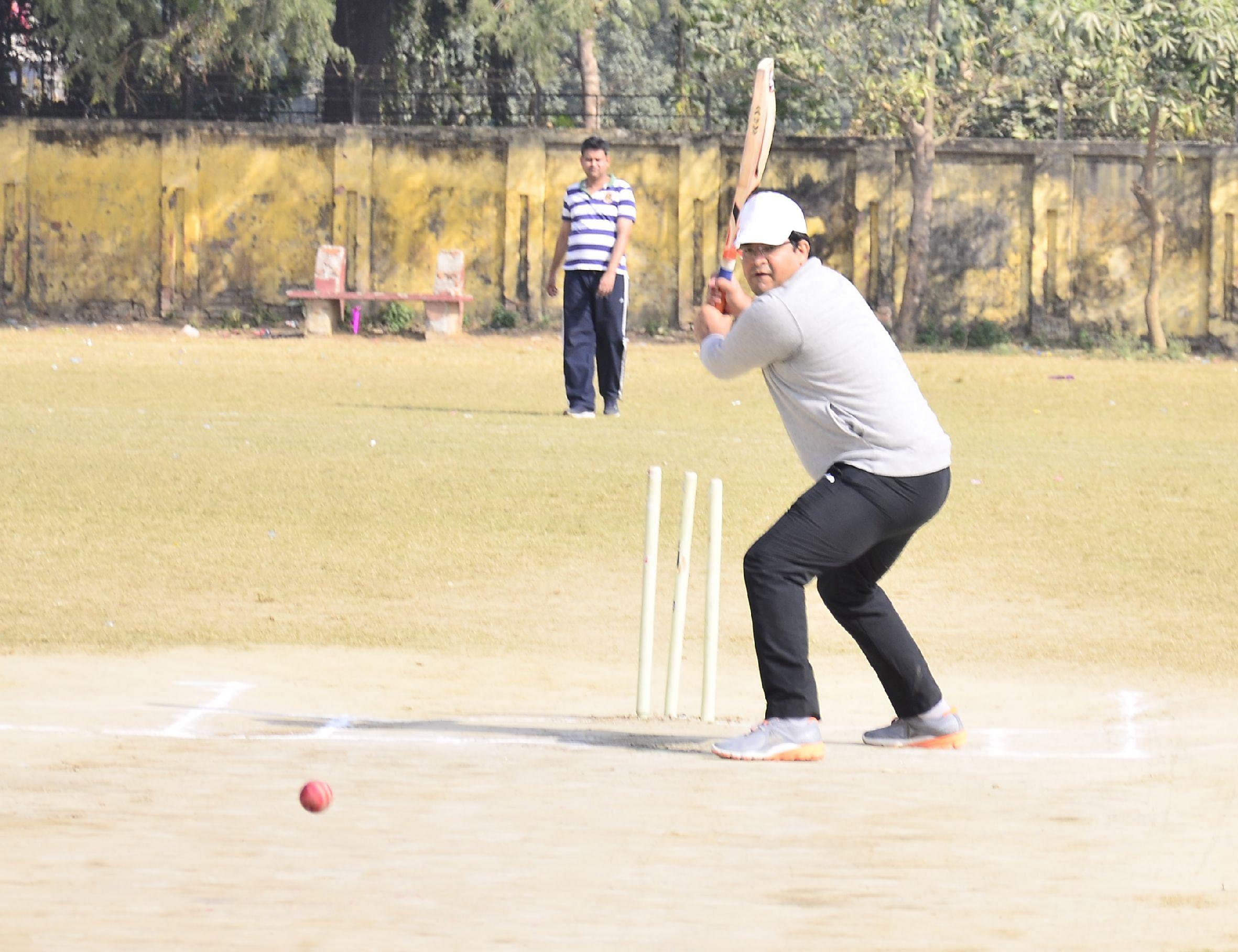बहराइच के इंदिरा गांधी स्टेडियम में रविवार को आयोजित डीएम 11 व एसपी 11 के बीच क्रिकेट मैच में बैटिंग