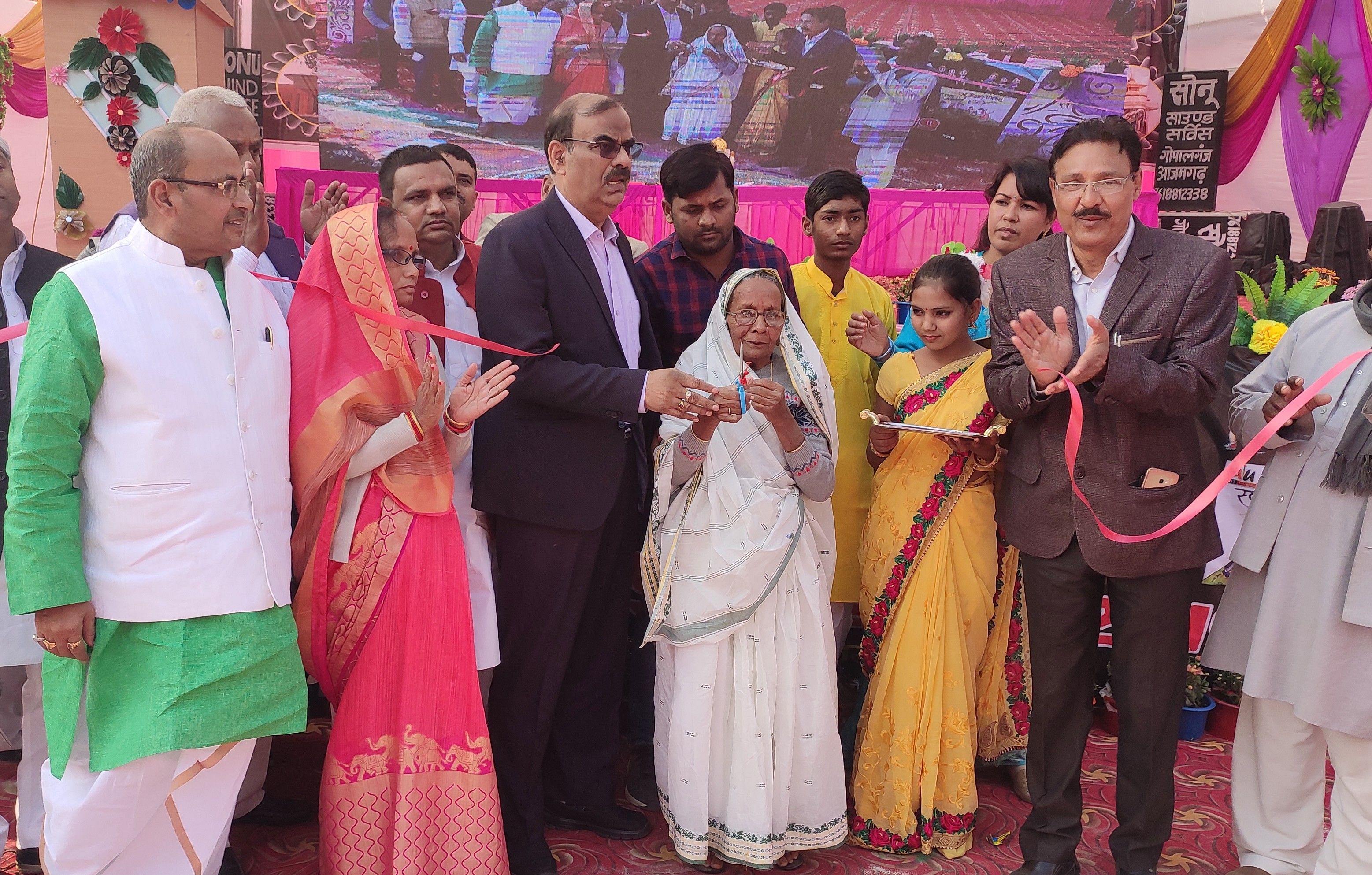बुढ़नपुर महोत्सव का शुभारंभ करती अमर शहीद की पत्नी ललिता देवी और डीएम एनपी सिंह।