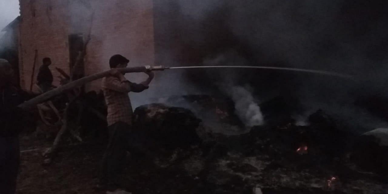 आग को बुझाता फायर बिग्रेड का कर्मचारी