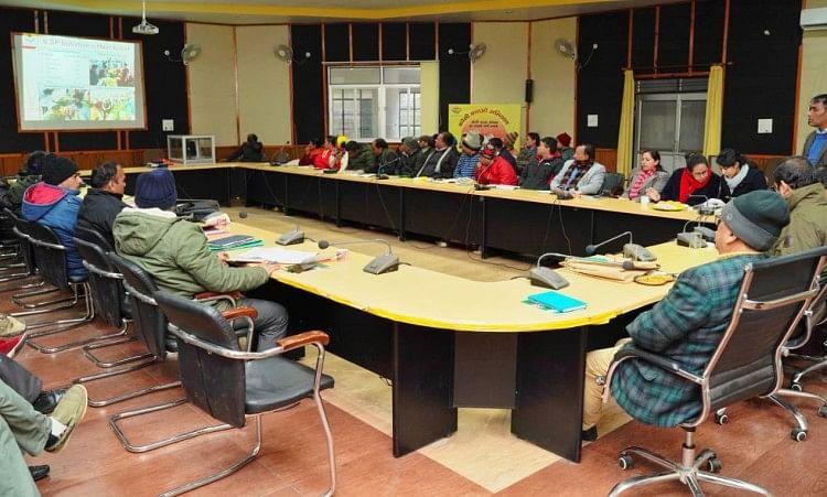 विकास भवन में जिला क्रियान्वयन एवं समन्वयन समिति की बैठक लेते डीएम नितिन सिंह भदौरिया।