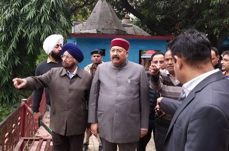 काशीपुर में गिरीताल सरोवर का निरीक्षण करते पर्यटन मंत्री।