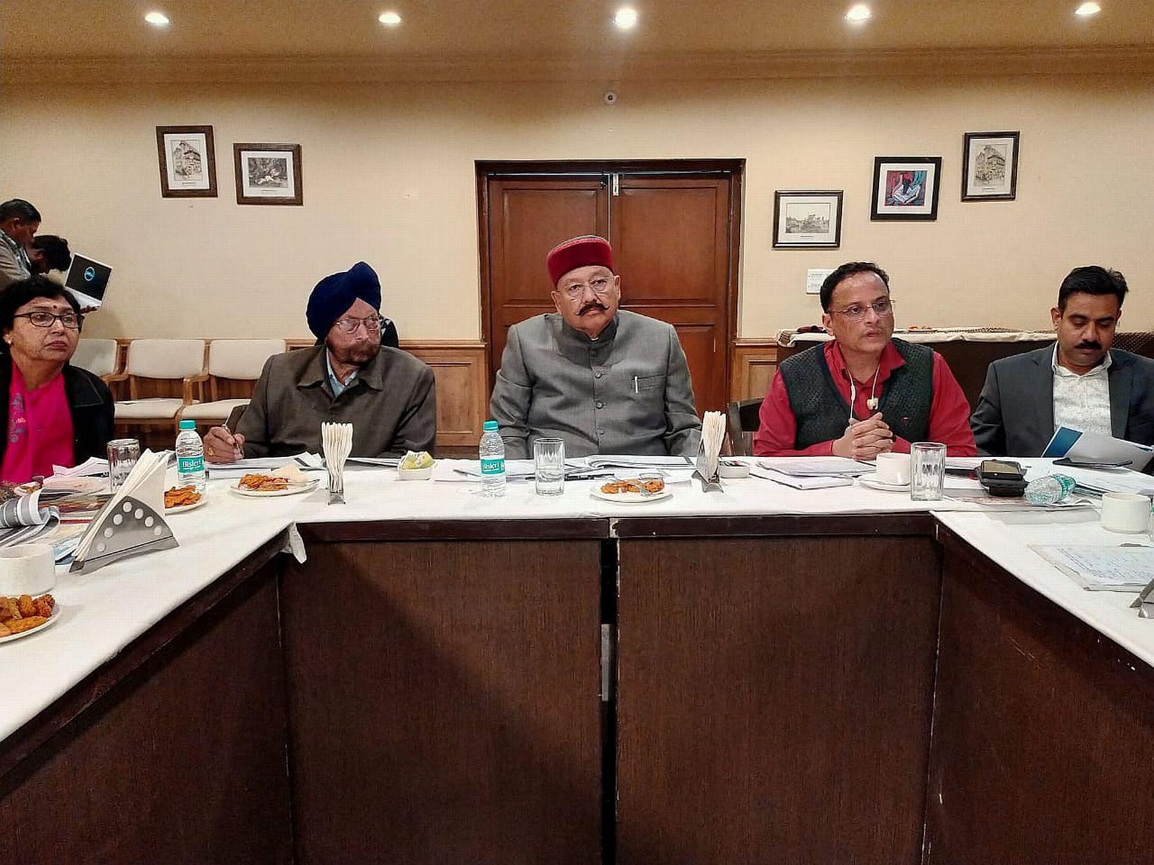 काशीपुर में अधिकारियों की बैठक लेते पर्यटन मंत्री।