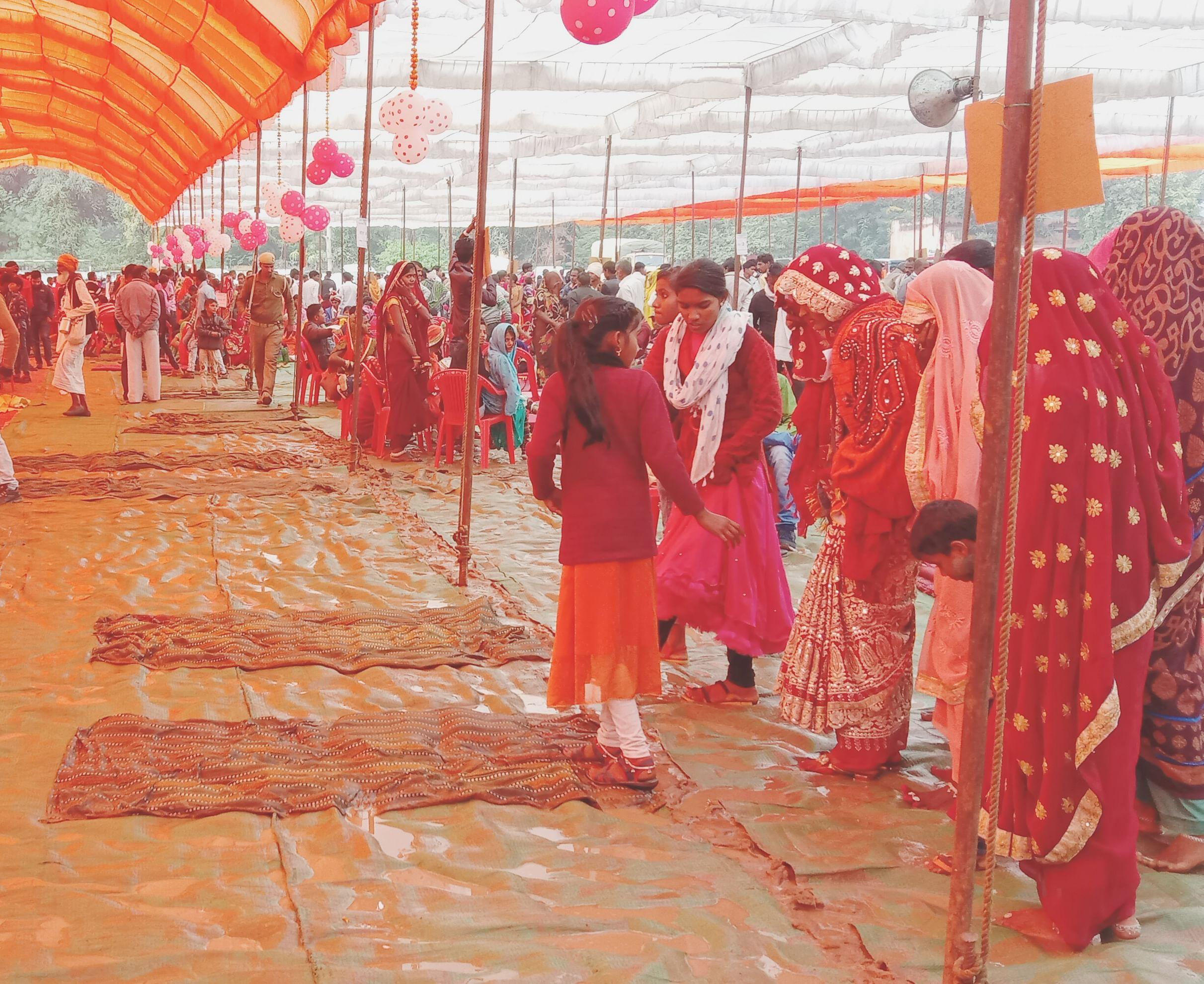 मुख्यमंत्री सामूहिक विवाह सम्मेलन में बारिश से हुआ कीचड़
