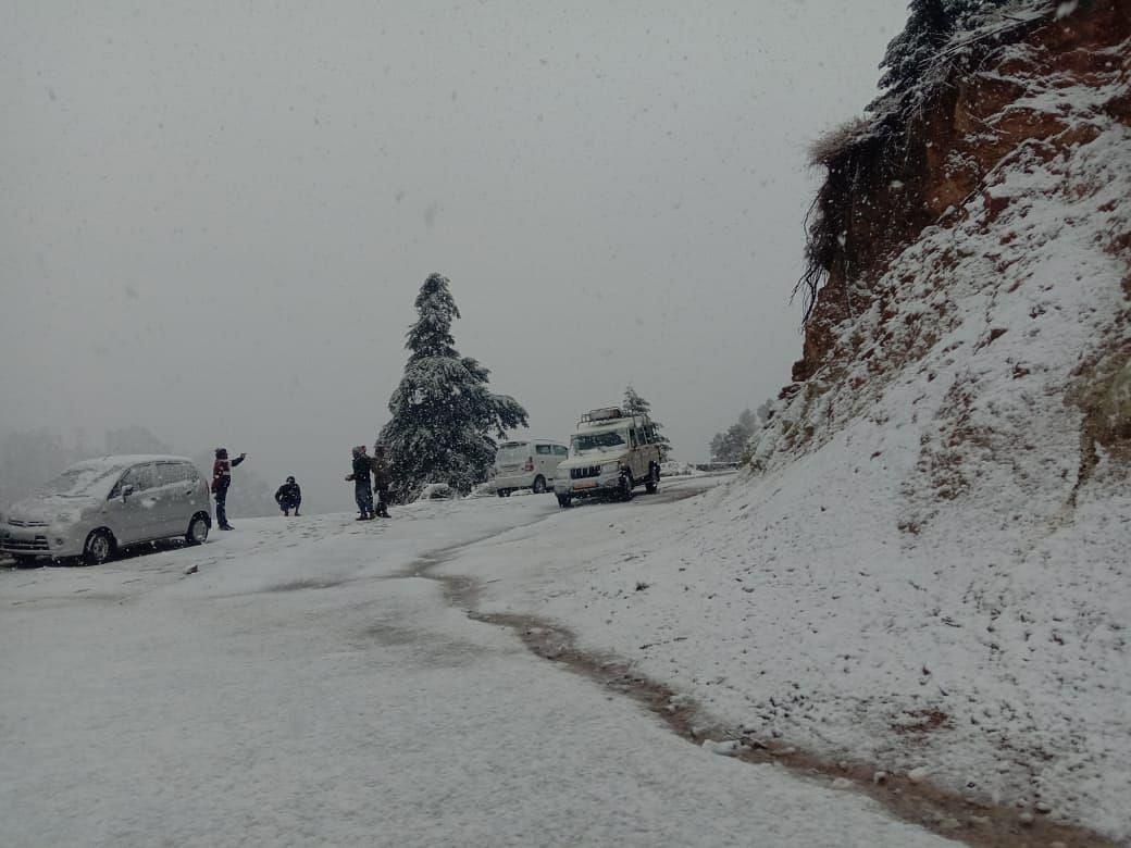 बागेश्वर के गिरेछिना गांव में गिरी बर्फ।