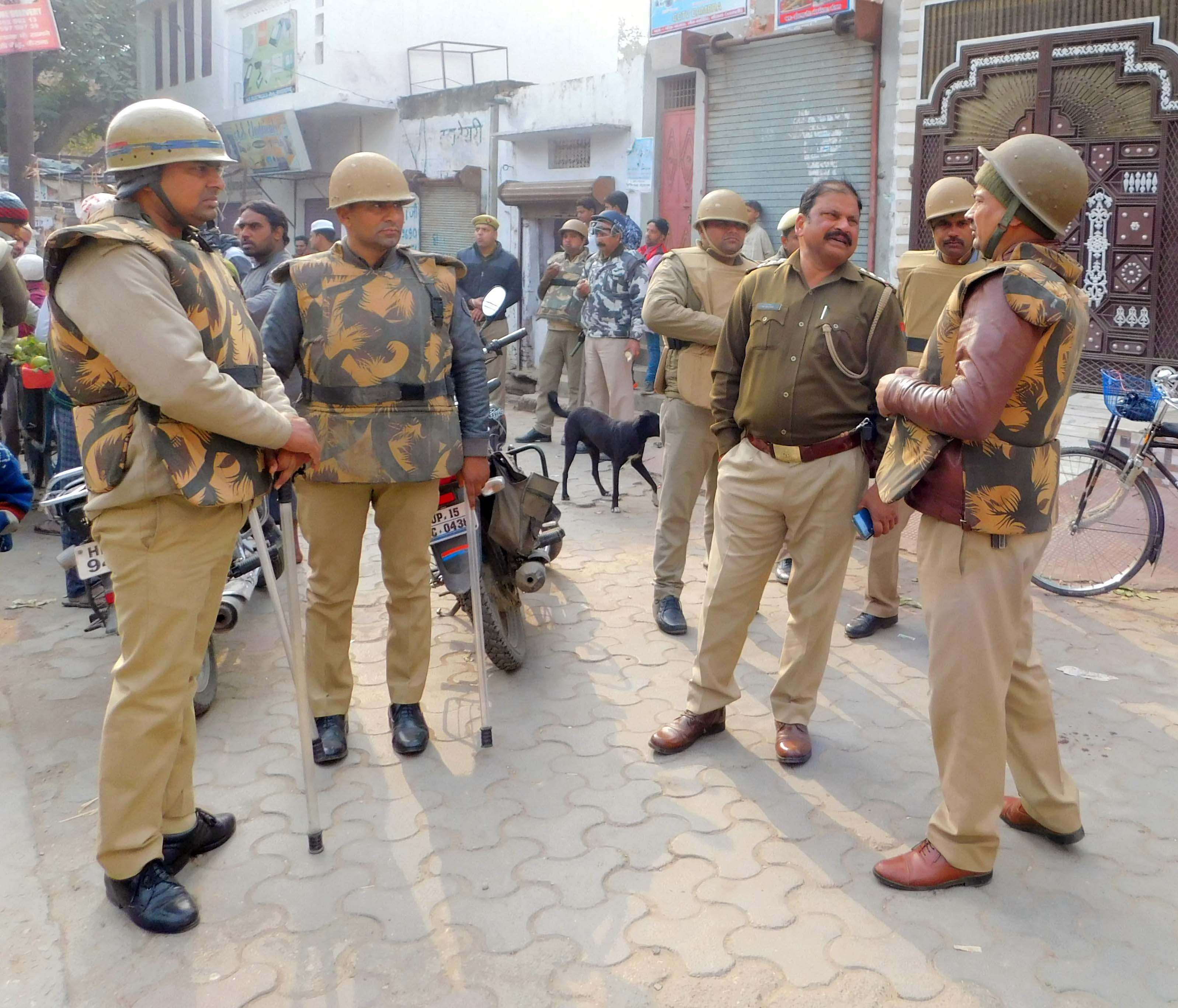 कैराना इमाम गेट के पास तैनात कोतवाली प्रभारी तथा पुलिस कर्मी