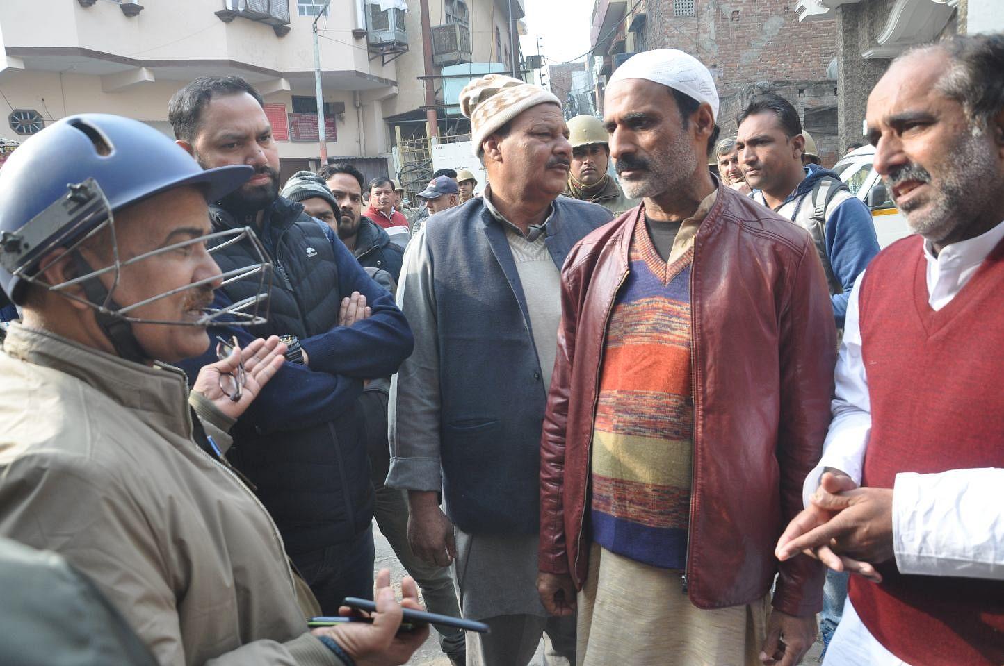 शामली स्थित आजाद चौक में मुस्लिम नेताओं से वार्ता करते एडीएम और एएसपी।