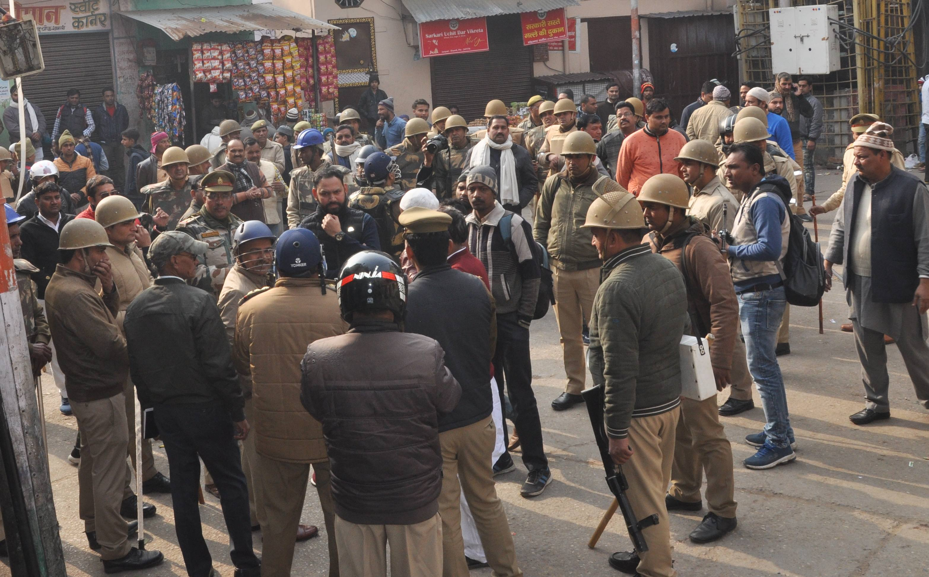 शामली स्थित आजाद चौक में मौजूद पुलिसकर्मी।