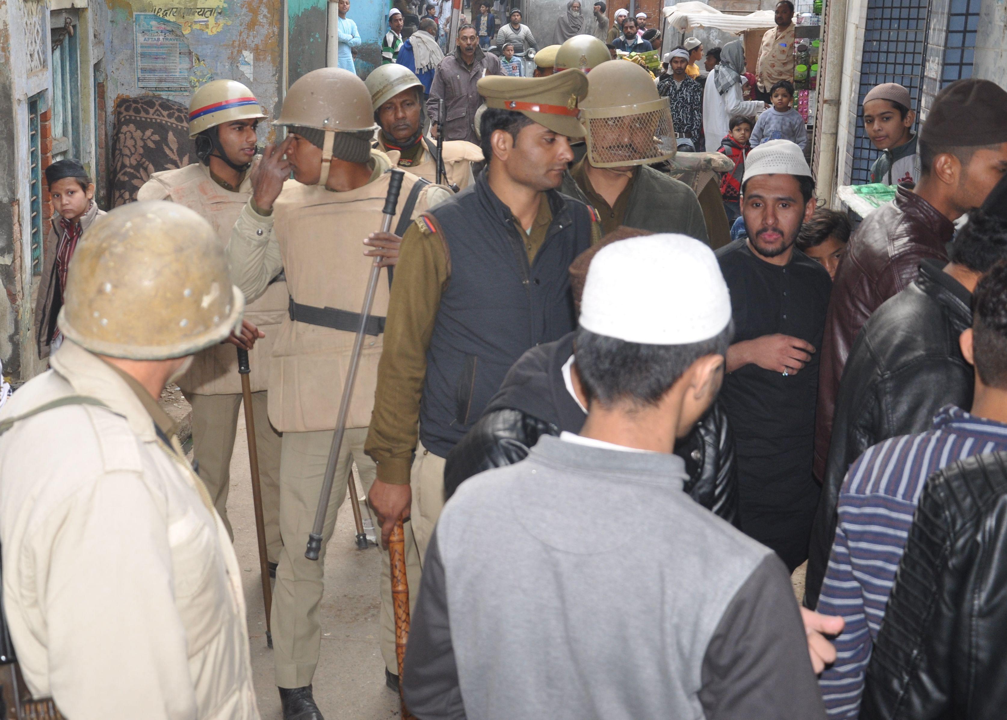 शामली मौहल्ला आजाद चौक व काजीववाडा में मुस्लिम युवको को समझाकर घर पर भेजते पुलिसकर्मी
