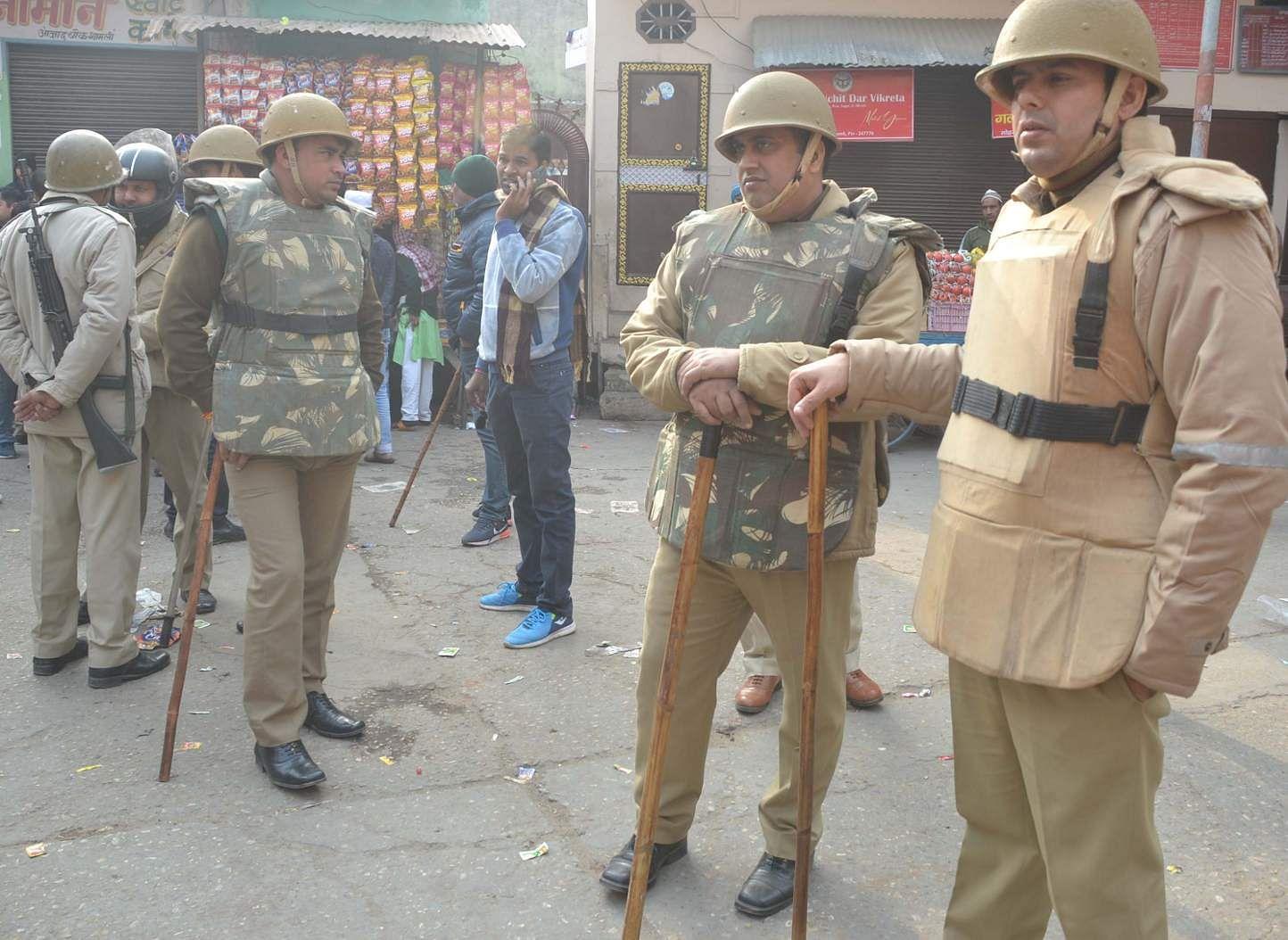 शामली आजाद चौक में तैनात पुलिसकर्मी  व पीएसएसी के जवान।