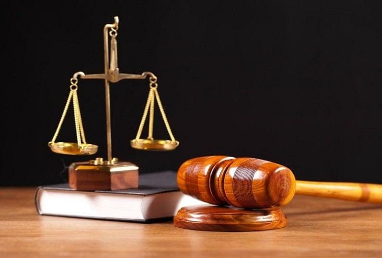सपा नेता के भाई की हत्या के जुर्म में स्पेशल कोर्ट ने सोमवार को बसपा के पूर्व मंत्री हीरालाल गौतम सहित तीन लोगों को आजीवन कारावास की सजा सुनाई है।