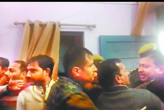 तहसील मुख्यालय स्थित एसडीएम कार्यालय में समीक्षा बैठक के बाद जमकर हंगामा हुआ। यहां भाजपा विधायक डॉ. अजय कुमार..