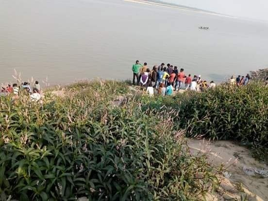 प्रयागराज में अनियंत्रित होकर ओवरलोड नाव पलटी, किशोर लापता