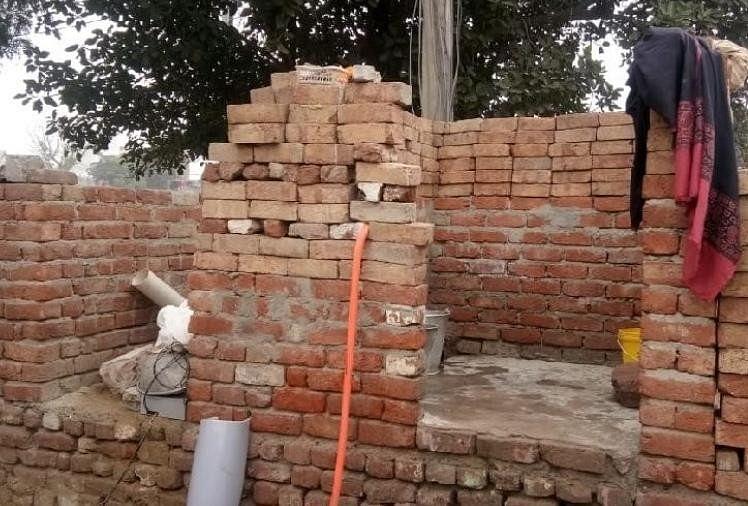 सनी के घर में बने बाथरूम और शौचालय की हालत