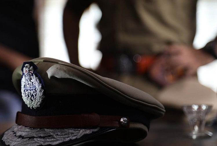 ताबड़तोड़ अपराधिक घटनाओं को रोक पाने में विफल घोसी कोतवाली पुलिस ने एक अजूबा कारनामा कर दिया है। टैक्सी चलाकर अपने परिवार का भरण पोषण करने वाले चालक को कोतवाली पुलिस ने टापटेन अपराधी बना दिया है।
