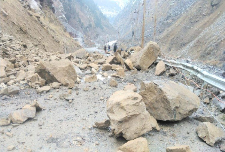 388 roads blocked in himachal due to snowfall and landslide Himachal, bus services stalled