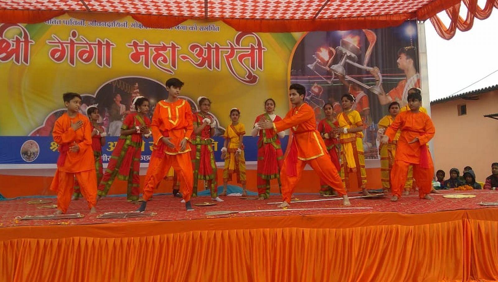 गंगा आरती का एक वर्ष पूरा होने पर कछला गंगाघाट पर हुए रंगारंग कार्यक्रम